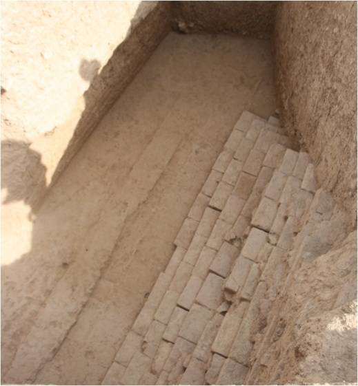 Trincea 13 a Tol-e Ajori, sul muro NE, faccia NE esterna. La parte restante del blocco di mattoni cotti e nel resto il risultato della spoliazione arrivata sino al terreno pre-costruzione