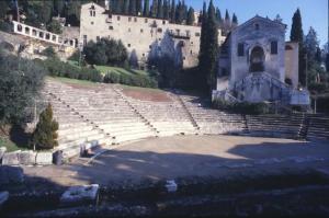 Il teatro romano di Verona sovrastano dall'ex convento di San Girolamo, sede del museo