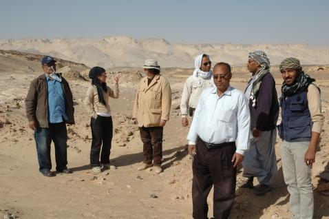 Corinna Rossi con Maurizio Zulian e autorità egiziane sul sito di Umm al-Dabadib