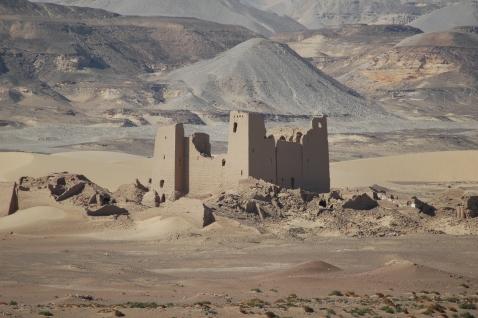 Il forte romano domina il paesaggio a Umm al-Dabadib (oasi di Kharga) nel deserto occidentale dell'Egitto (foto Maurizio Zulian)