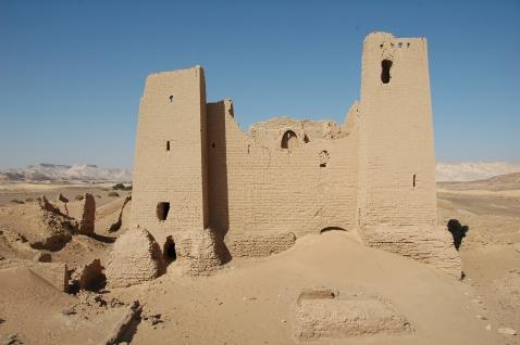 L'impressionante forte romano di Umm al-Dabadib che si staglia nel cielo per ben 12 metri (foto Maurizio Zulian)