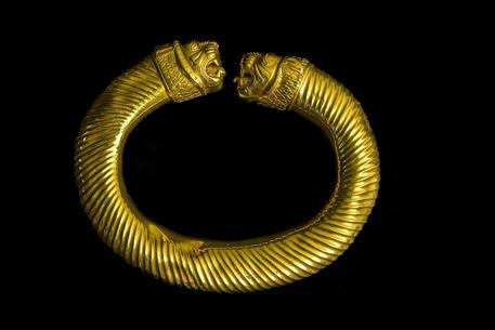 Bracciale a cerchio aperto con terminazioni a teste leonine, dal museo di Teheran alla mostra di Aquileia
