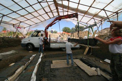 La rimozione delle parti lignee della capanna di Capannori per il loro restauro
