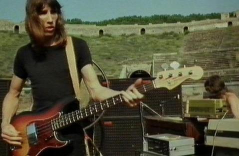 """Un frame del video """"Pink Floyd. Live at Pompeii"""" girato nell'anfiteatro nel 1971"""