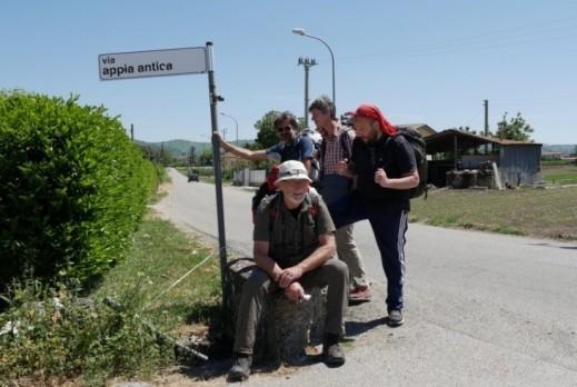 Rumiz e compagni durante la ricognizione dell'antico tracciato della via Appia