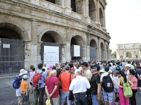"""Migliaia di turisti in coda per visitare il Colosseo a Roma nella """"domenica gratis al museo"""""""