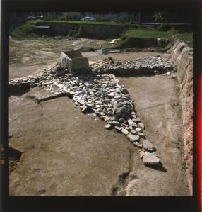 La grande piattaforma triangolare su cui poggia il dolmen al centro dell'area megalitica di St-Martin