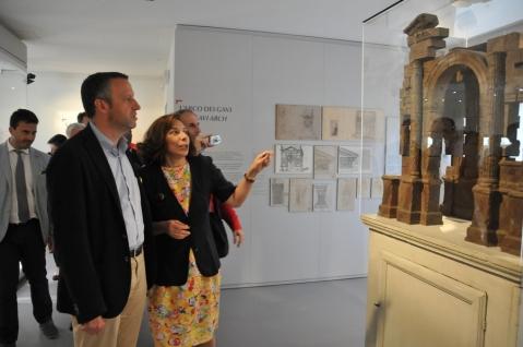 La direttrice Bolla col sindaco Tosi davanti al plastico dell'Arco dei Gavi