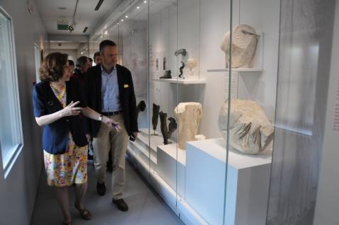 Il lungo corridoio che presenta le sculture provenienti dal teatro romano