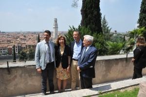 Il direttore Margherita Bolla e il sindaco Flavio Tosi (al centro) sulla Grande Terrazza