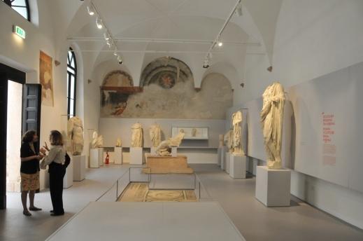 Il refettorio dell'ex convento dei Gesuati con le sculture dei grandi collezionisti veronesi