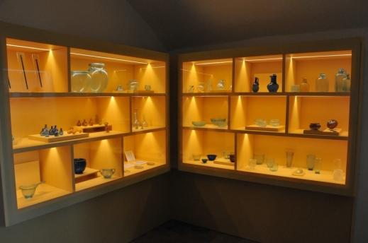 La prima cella monastica conserva i vetri soffiati con reperti di bottiglie, bicchieri, piatti, vasi, anfore