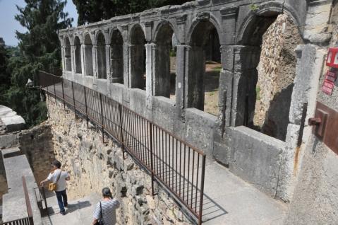Le arcatelle del loggiato superiore del teatro romano di Verona che sorprendono il visitatore all'uscita del percorso museale
