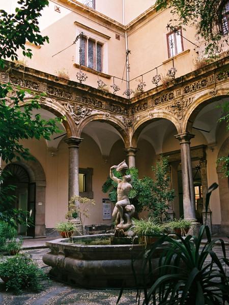 Il chiostro del complesso dell'Olivella della Congregazione di San Filippo Neri, sede del museo