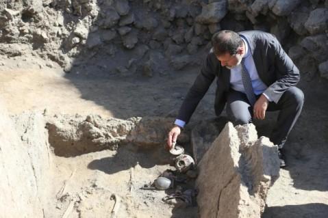 Il soprintendente Massimo Osanna in sopralluogo alla tomba sannitica della necropoli di Porta Ercolano a Pompei