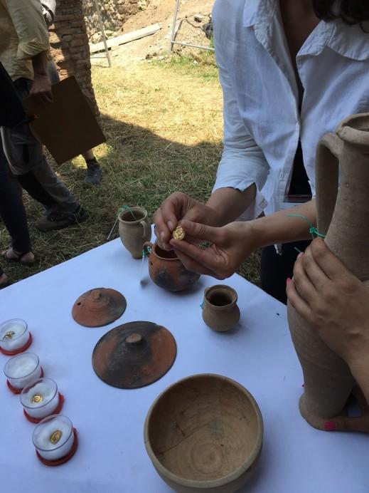 Gli aurei e il vasellame trovati vicino agli scheletri dei giovani pompeiani in fuga dall'eruzione