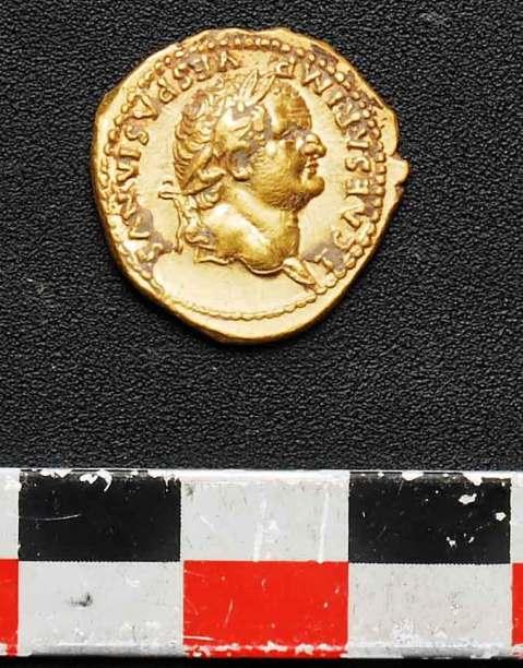 Uno degli aurei datati tra il 74 e il 77/78 d.C. trovati tra gli scheletri intrappolati nel retrobottega dall'eruzione