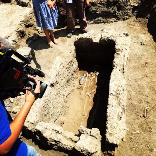 La tomba a fossa del IV secolo a.C. con i resti di un inumato e il corredo intatto