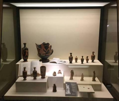 Vasi e terrecotte con raffigurazioni di strumenti musicali o di cerimonie in cui la musica è protagonista