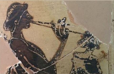 Lekytos attica conservata nel museo di Vibo Valentia con fanciulla che suona il doppio aulos