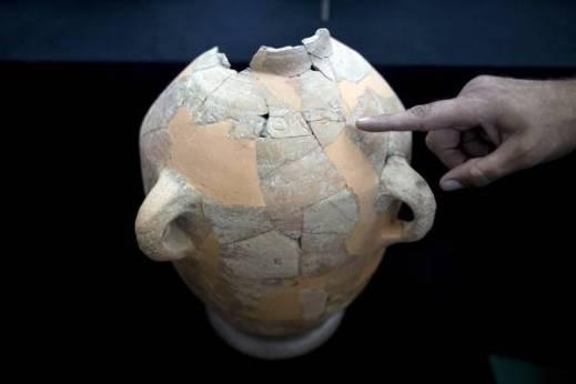 L'archeologo israeliano Saar Ganor indica la posizione dell'iscrizione cananea sul vaso ritrovano in centinaia di cocci nel 2012