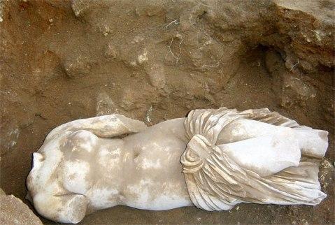 14 gennaio 2005: negli scavi di capo Boeo viene trovata la statua di Venere Callipigia