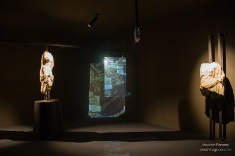 Il suggestivo allestimento a Brolo per l'esposizione della Venere Callipigia e di Iside da Marsala (foto Maurizio Forzano)