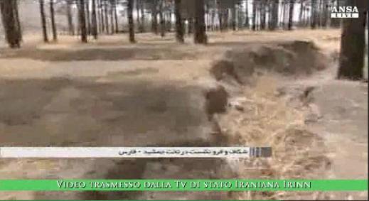 L'impressionante frattura nella piana di Persepoli a un passo dalla terrazza: frame dal video della tv di Stato iraniana Irinn rilanciato dall'Ansa