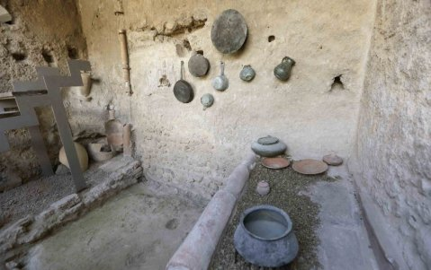 La cucina con suppellettili e stoviglie del I sec. d.C. sul modello realizzato nel 1916