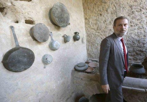 Il soprintendente di Pompei Massimo Osanna nella cucina ricostruita alla Fullonica di Stephanus
