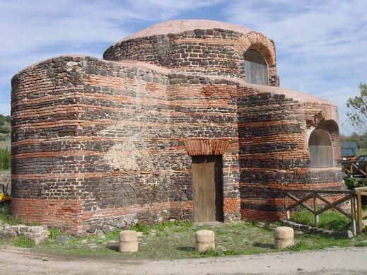L'ingresso della chiesa bizantina di Mesumundu, in Comune di Siligo, provincia di Sassari