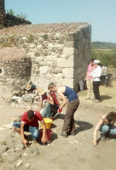 Studenti, laureati, dottorandi e dottori di ricerca in archeologia impegnati nello scavo del villaggio medievale di Mesumundu