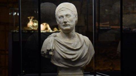 Il busto di Annibale esposto nella mostra al castello di Barletta
