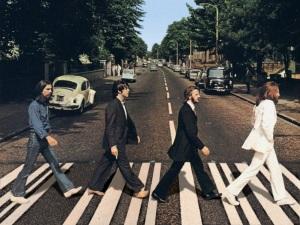 """La mitica copertina del disco """"Abbey Road"""" dei Beatles del 1969"""