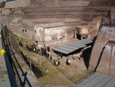 L'ingresso della villa dei Papiri negli scavi di Ercolano