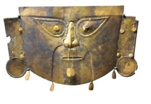 Maschera funebre in rame coperto da lamina d'oro della cultura chimu-lambayeque (Perù)