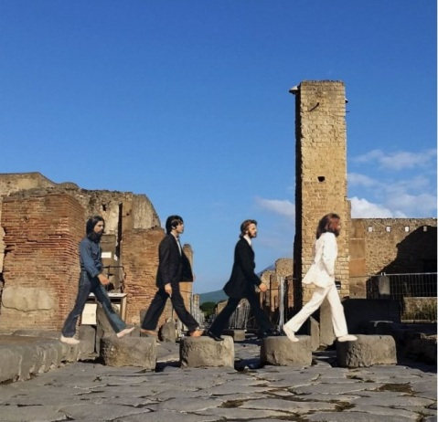"""L'immagine postata sul proprio sito dalla soprintendenza Pompei con i Beatles a Pompei alla maniera di """"Abbey Road"""""""