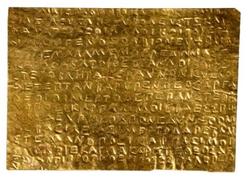 Una delle laminette orfiche n oro ritrovate a Thurii e conservate al Mann