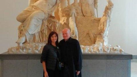 Sabina Albano e Santo Versace davanti al Toro Farnese, uno dei capolavori conservati al Mann