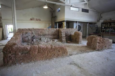 Una fase della ricostruzione dell'archivio di Stato di Ebla proposto nella mostra al Colosseo