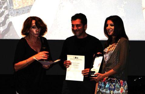 Memi Spiratou, presidente di Agon Archeological Film Festival di Atene, premia il regista Lorenzo Daniele e l'archeologa lAlessandra Cilio