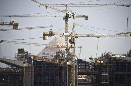 La selva di gru del cantiere del Grand Egyptian Museum a Giza