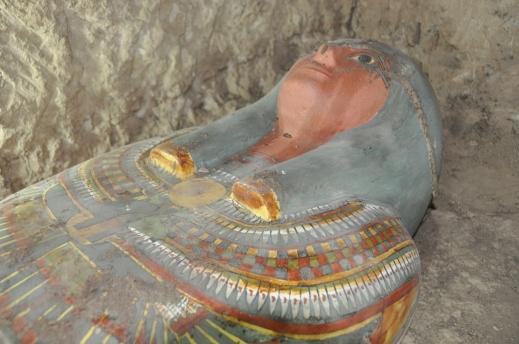 Il bel cartonnage dell'alto funzionario Amon-Renef scoperto lungo la facciata esterna del tempio di Thutmosi III dalla missione spagnola di Myriam Seco