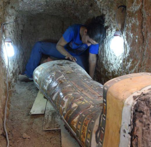 Un'archeologa durante le difficoltose operazioni di recupero del cartonnage di Amon-Renef