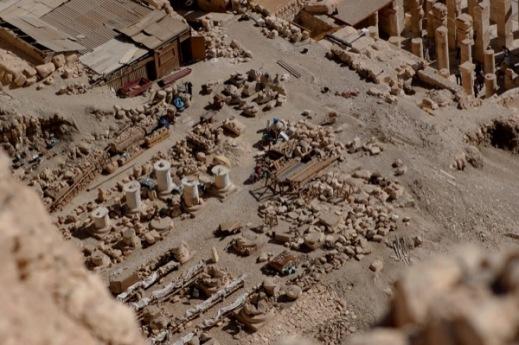 I resti del tempio funerario di Thutmosi III a Deir el Bahari sulla riva occidentale del Nilo a Tebe-Luxor