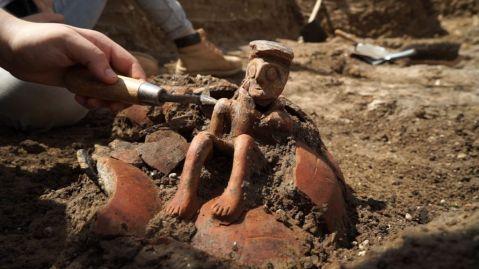 Il ritrovamento a Yehud (Israele) di una statuetta in terracotta di 3800 anni fa (media Età del Bronzo)