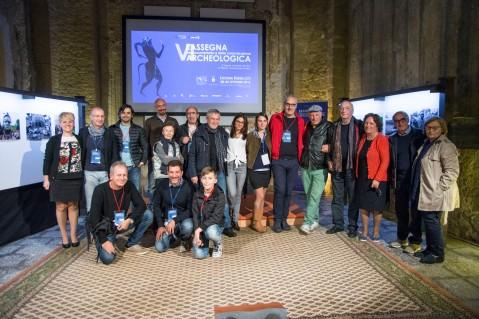 Lo staff organizzativo insieme agli ospiti della VI Rassegna del Documentario e della Comunicazione archeologica di Licodia Eubea (Catania)