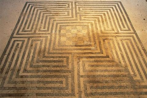 I caratteristici mosaici a disegno geometrico che hanno dato il nome alla Domus della Regio VIII a Pompei