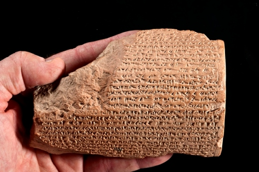 Una delle tavolette di argilla con testi in cuneiforme celebrativi di Sargon II trovata dalla missione archeologica dell'università di Bologna a Karkemish