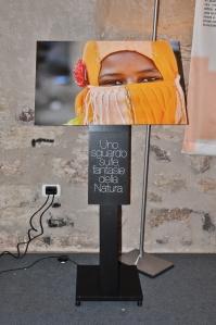 Il volto di un bambino introduce ogni sezione della mostra